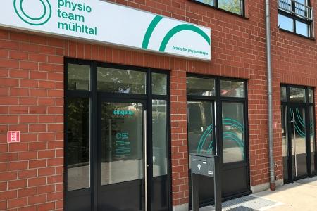 Beschriftung-physio-praxis-Mühltal-Glasdekor-Leuchtkasten-Folienplotts_1