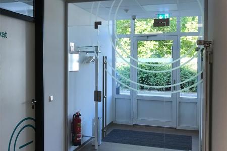 Beschriftung-physio-praxis-Mühltal-Glasdekor-Leuchtkasten-Folienplotts_2