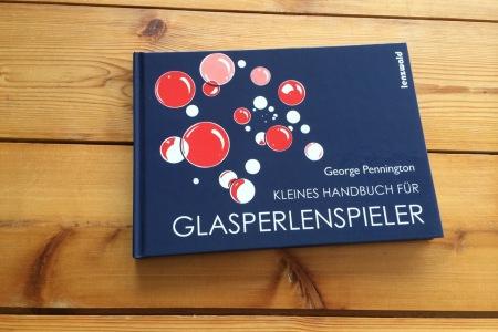Kleines_Handbuch_fuer_Glasperlenspieler_Umschlag_Fontfront_Synergia_1