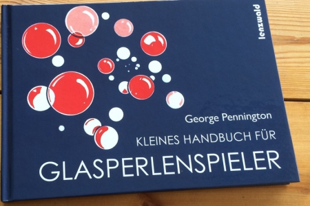 Kleines_Handbuch_fuer_Glasperlenspieler_Umschlag_Fontfront_Synergia_Beitragsbild