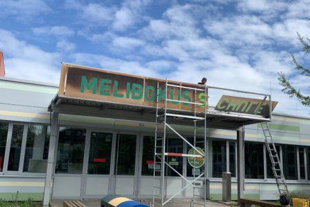Eingangsschild-Melibokus-Schule-Bild03-768x1024