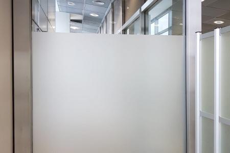 Glasdekorfolie_Sichtschutz_Abstellkammer_Folierung_Beklebung_Fontfront_Rossdorf_Fraport_01