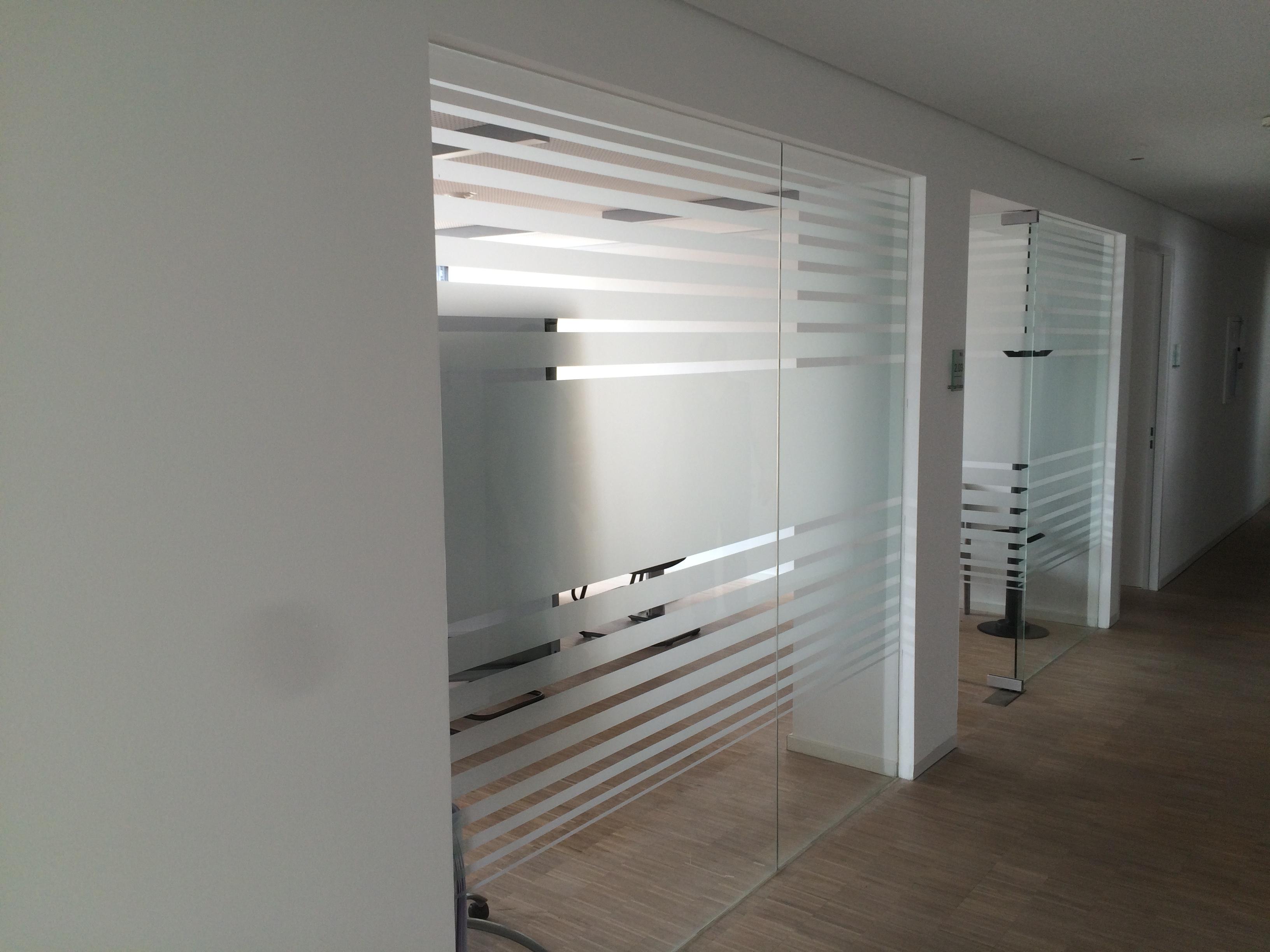 sichtschutz aus glasdekorfolie fontfront. Black Bedroom Furniture Sets. Home Design Ideas
