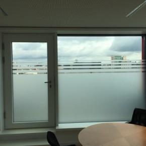 Kaschierung einer Fensterfront aus Glasdekorfolie
