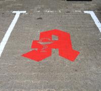 Parkplatzbeschriftung mit Boden-Markierungsfarbe
