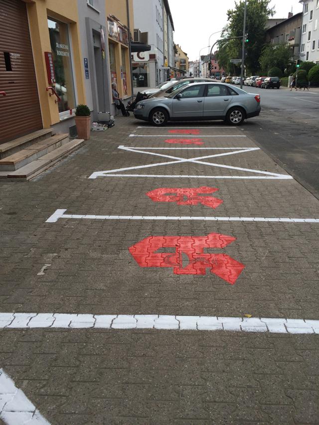 Parkplatzbeschriftung mit boden markierungsfarbe fontfront for Boden mit schrift