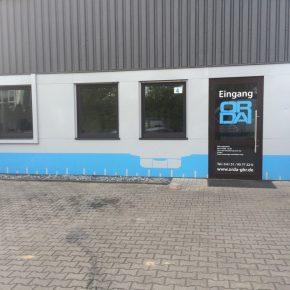Fassaden- und Eingangs-Beschriftung an einem Firmengebäude