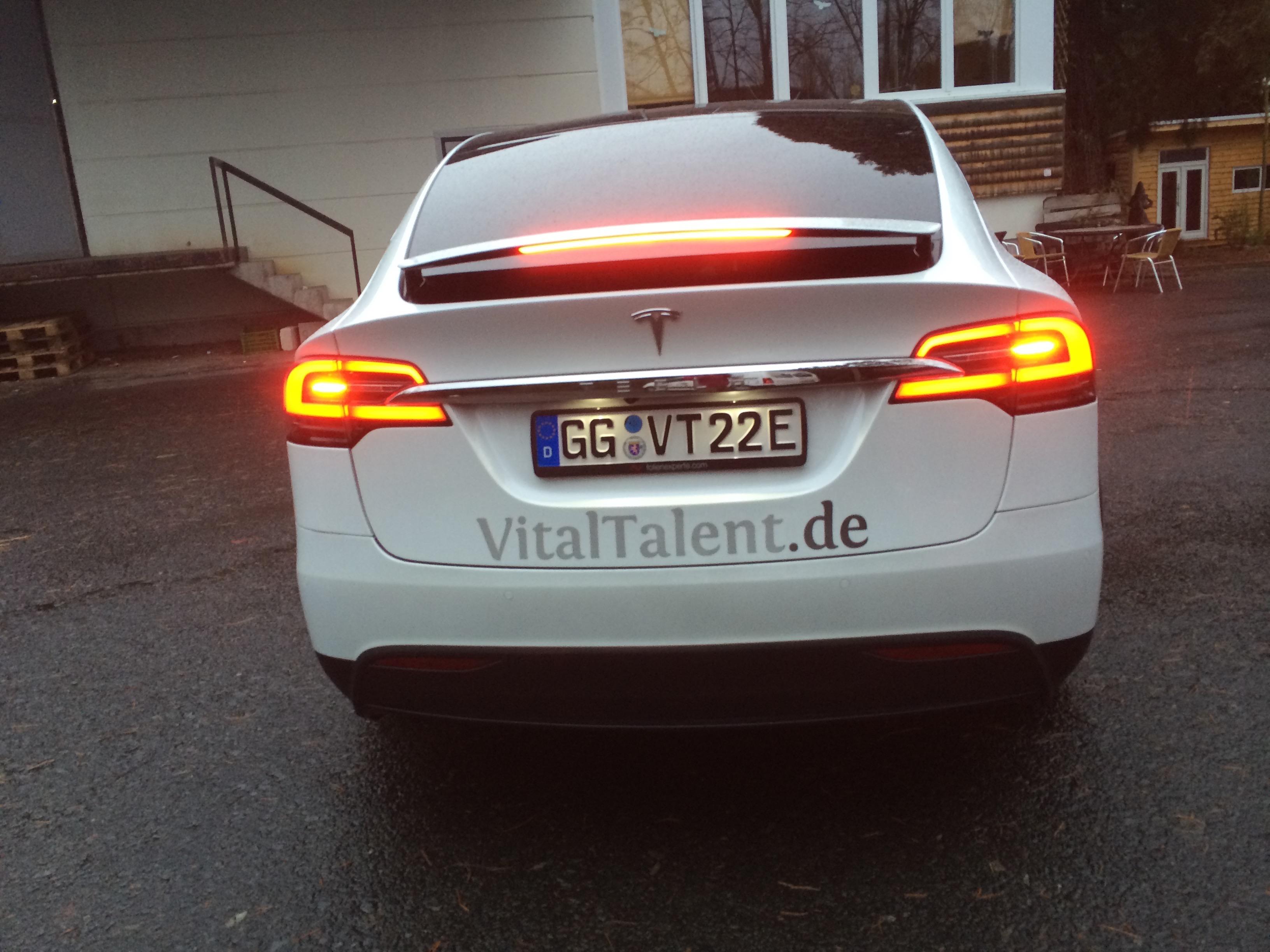 Beschriftung eines Tesla Model X – FontFront