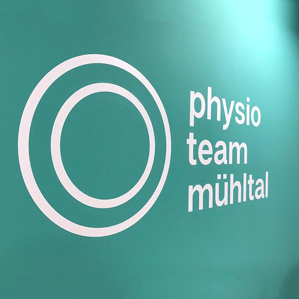 Beschriftung-physio-praxis-Mühltal-Glasdekor-Leuchtkasten-Folienplotts