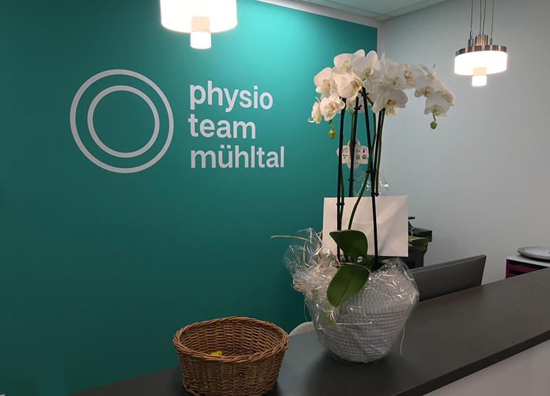 Beschriftung-physio-praxis-Mühltal-Glasdekor-Leuchtkasten-Folienplotts_4